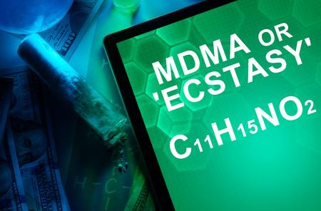 �xtasis: Tableta con la f�rmula qu�mica del �xtasis o MDMA. Drogas y Narc�ticos Foto de archivo