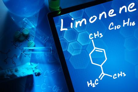 quimica organica: Tableta con la fórmula química del limoneno.