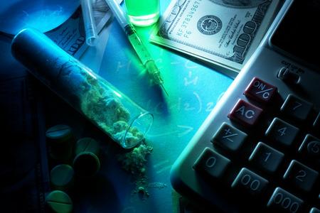 éxtasis: Jeringa, polvo blanco, tubos de ensayo y billetes de dólar