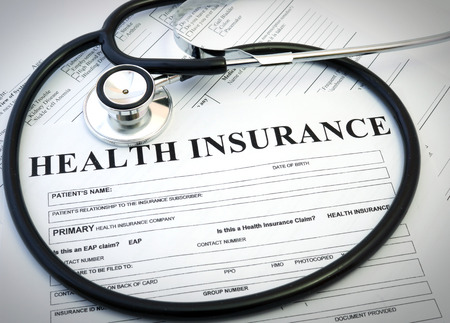 醫療保健: 健康保險的形式用聽診器概念 版權商用圖片