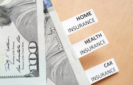 accident rate: Los papeles con palabras salud, autom�vil, seguro de hogar y dinero.