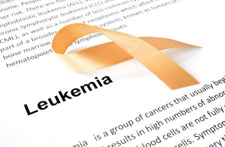 leucemia: Papel con leucemia y una cinta anaranjada.