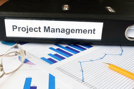 Gráficos e pasta de arquivo com Project Management rótulo.
