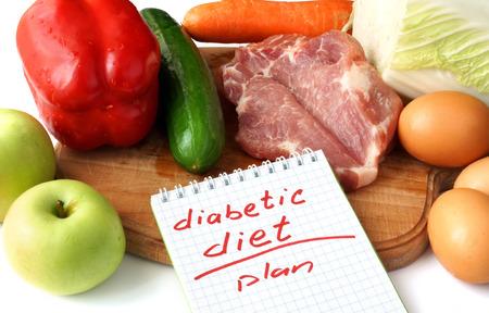 diabetes: Concepto Diabetes. Libreta con la dieta para diabéticos y alimentos orgánicos crudos. Foto de archivo