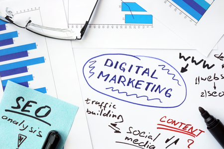 esquema: Papeles con gr�ficos y concepto de marketing digital.