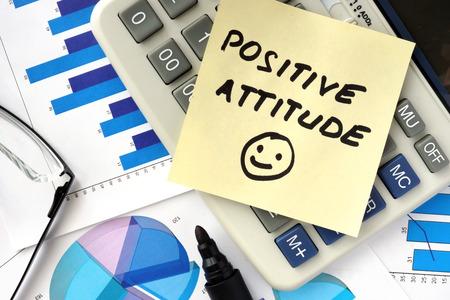 actitud: Los papeles con gráficos y palabras actitud positiva