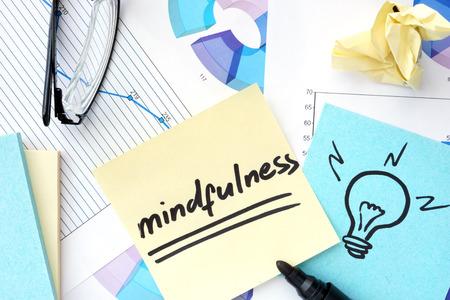 mindfulness: Papers met grafieken, glazen en mindfulness concept. Stockfoto