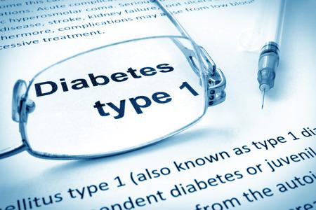 diabetes: Papel con las palabras de la diabetes tipo 1 y gafas. Foto de archivo