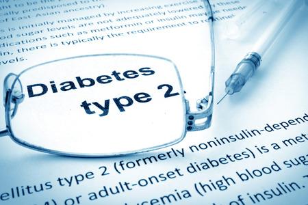 diabetes: Papel con las palabras de la diabetes tipo 2 y las gafas.
