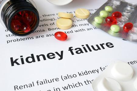 medicina: Papel con insuficiencia renal y pastillas.