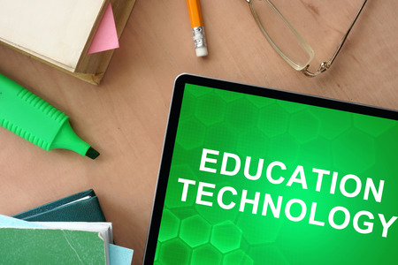 schulausbildung: Bücher und Tablet mit Worten, Bildung, Technologie Lizenzfreie Bilder