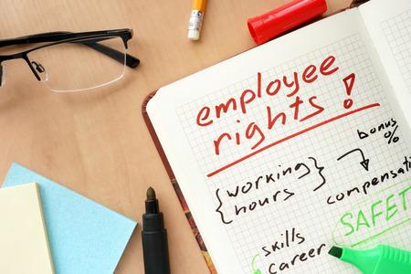seguridad en el trabajo: Bloc de notas con el concepto de los derechos de las palabras de los empleados.
