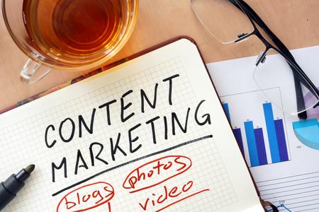medios de comunicaci�n social: Bloc de notas con el concepto de la comercializaci�n de contenidos palabras.
