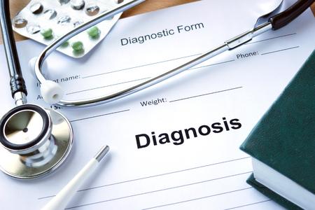 consulta m�dica: Forma diagnistic con el diagn�stico y el estetoscopio. Concepto de la medicina. Foto de archivo