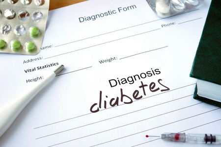 Diagnostische vorm met diagnose diabetes en pillen.