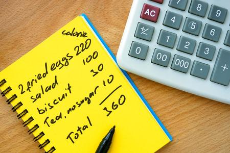 calculadora: el conteo de calorías en un papel con calculadora. Concepto de la dieta.