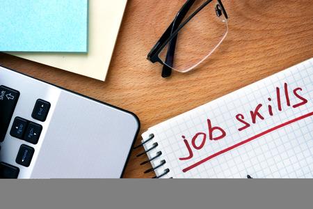 competencias laborales: Bloc de notas con habilidades palabras de trabajo.