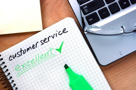 servicio al cliente: Bloc de notas con el servicio al cliente palabras.