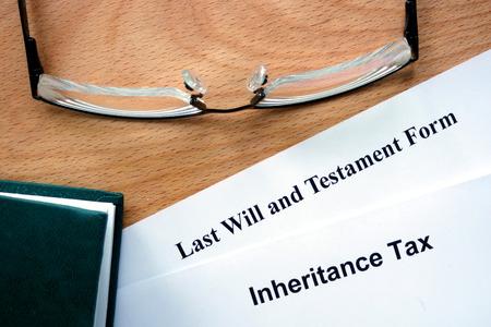 impuestos: Papeles con el impuesto de sucesiones y la forma testamento Foto de archivo