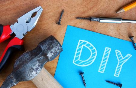 Blauw papier met diy Doe het zelf gereedschapskit op een houten achtergrond