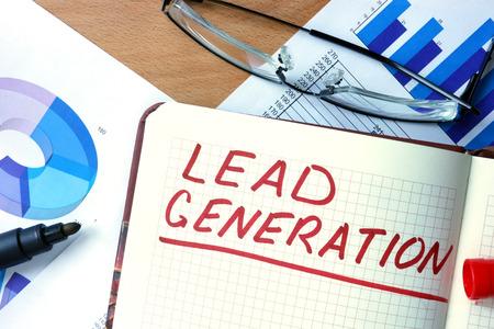 Notizblock mit Lead Generation auf Büroholztisch.