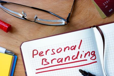 Notepad met Personal Branding op office houten tafel.