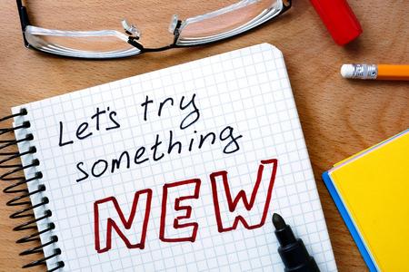 OBJETIVOS: Bloc de notas con permite probar algo nuevo en la mesa de madera de la oficina. Foto de archivo