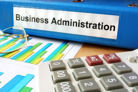 Répertoire avec étiquette administration et cartes d'affaires. Banque d'images