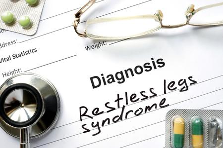 Diagnostic jambes sans repos syndrome, pilules et stéthoscope. Banque d'images