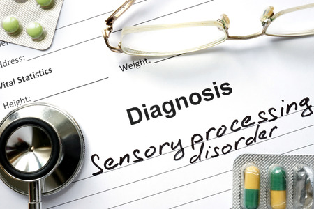 disorder: Trastorno Diagn�stico procesamiento sensorial, p�ldoras y un estetoscopio. Foto de archivo