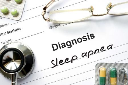 dormir: El diagnóstico de apnea del sueño, píldoras y estetoscopio. Foto de archivo