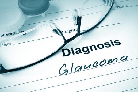 vision test: Lista de diagn�stico de glaucoma y gafas. Foto de archivo
