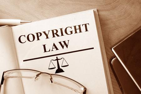 ley: Reserve con las palabras de Derecho y gafas de Autor.