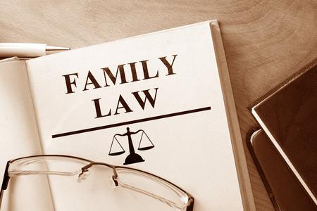 Bok med ord familjerätt och glasögon.