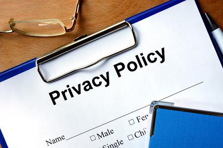 privacidad: Privacidad forma política sobre una mesa de madera y un bolígrafo. Foto de archivo