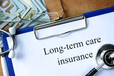 pflegeversicherung: Die langfristigen Pflegeversicherung Form und Dollar. Lizenzfreie Bilder