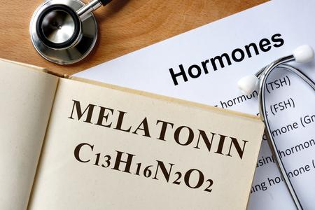hormonas: La melatonina palabra escrita en la lista de libros y las hormonas. Foto de archivo