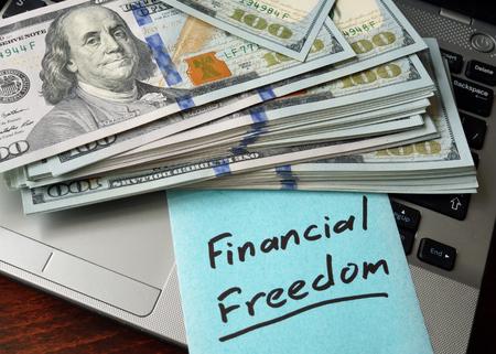 libertad: Concepto de la libertad financiera en un papel con el cuaderno.