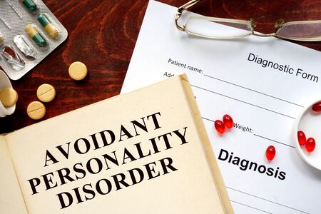 personalidad: trastorno de la personalidad por evitaci�n escrito en el libro con las tabletas.