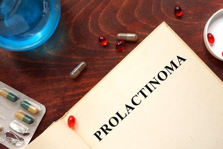 hipofisis: Prolactinoma escrito en el libro con las tabletas.