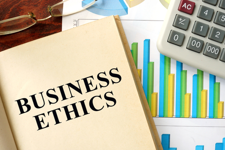 conflictos sociales: �tica negocio palabras escritas en un libro. Concepto de negocio.