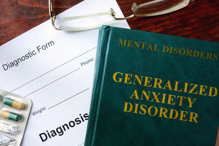 ansiedad: Generalizado concepto de trastorno de ansiedad. Forma de diagnóstico y el libro sobre la mesa.