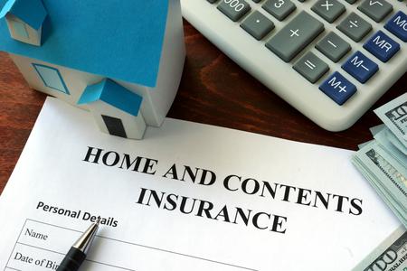 Accueil et assurance de contenu et de forme dollars sur la table. Banque d'images