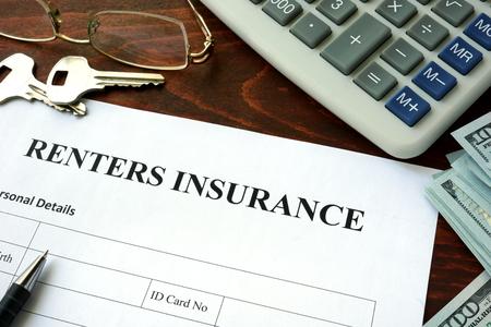 seguro: formulario de seguro para inquilinos y dólares sobre la mesa. Foto de archivo