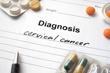 cervicales: Cáncer de cuello uterino Diagnóstico por escrito en forma de diagnóstico y las píldoras. Foto de archivo
