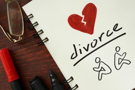 divorce: Bloc de notas con el divorcio en la mesa de madera. Foto de archivo