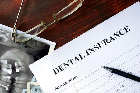 醫療保健: 在木桌上牙科保險形式。