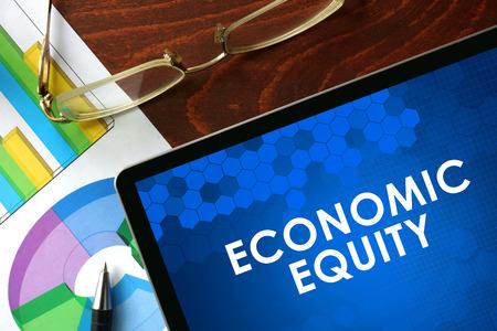 equidad: Tableta con la equidad económica en una mesa. Concepto de negocio. Foto de archivo