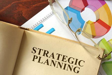 planificacion estrategica: Reserve con la planificación estratégica sobre una mesa. Concepto de negocio. Foto de archivo