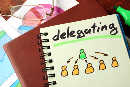 Notebook avec déléguant signe. Business concept.